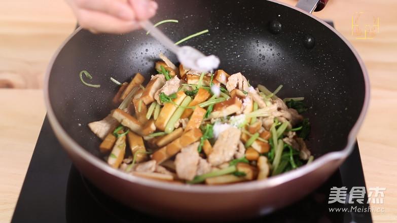 芹菜香干炒肉片怎样做