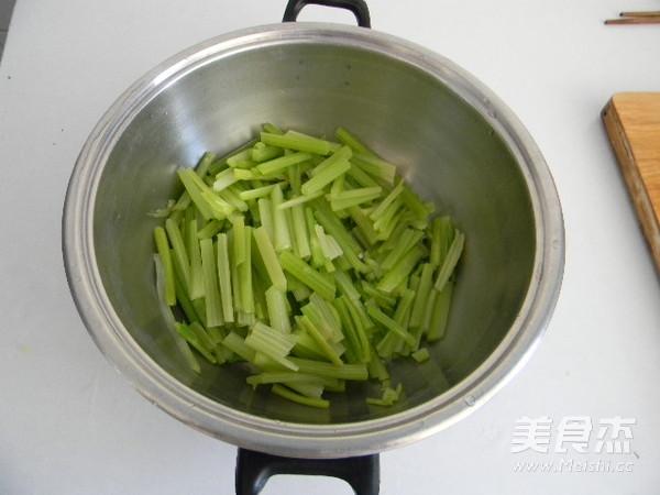 土豆丝炒芹菜的家常做法