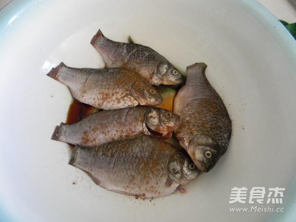 葱烤鲫鱼的家常做法