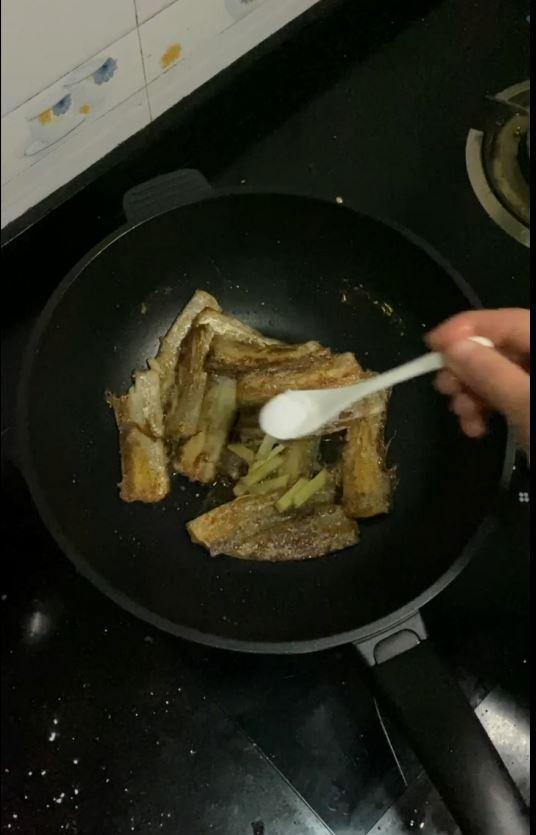 带鱼这样做,酥脆的连鱼骨头都可以吃的家常做法