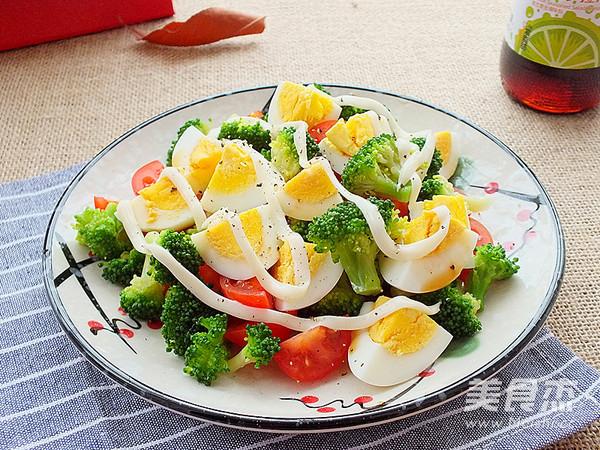 西蓝花鸡蛋沙拉成品图