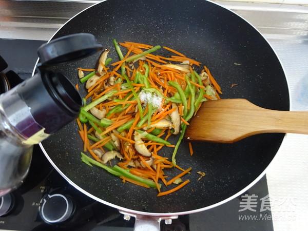 香菇胡萝卜炒面怎么炒