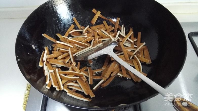 芹菜香干炒肉丝的家常做法