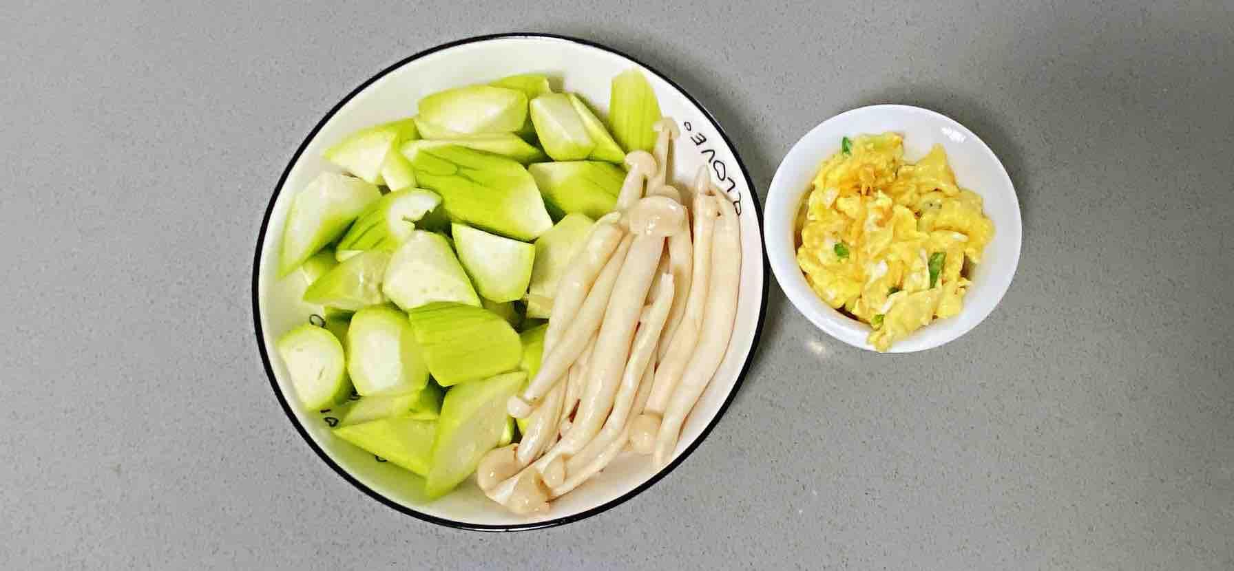 鸡蛋白玉菇焖丝瓜,清淡又鲜香,简单却营养~怎么做