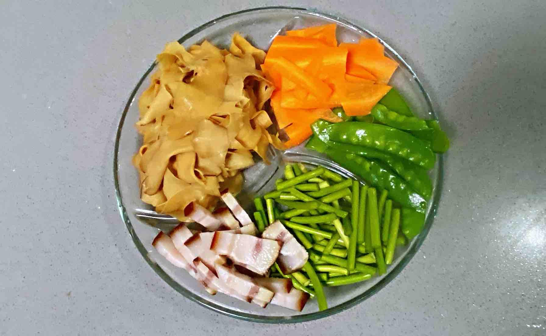 【孕妇食谱】腊肉杏鲍菇炒荷兰豆,口感劲道,腊味扑鼻,色香又味美的简单做法