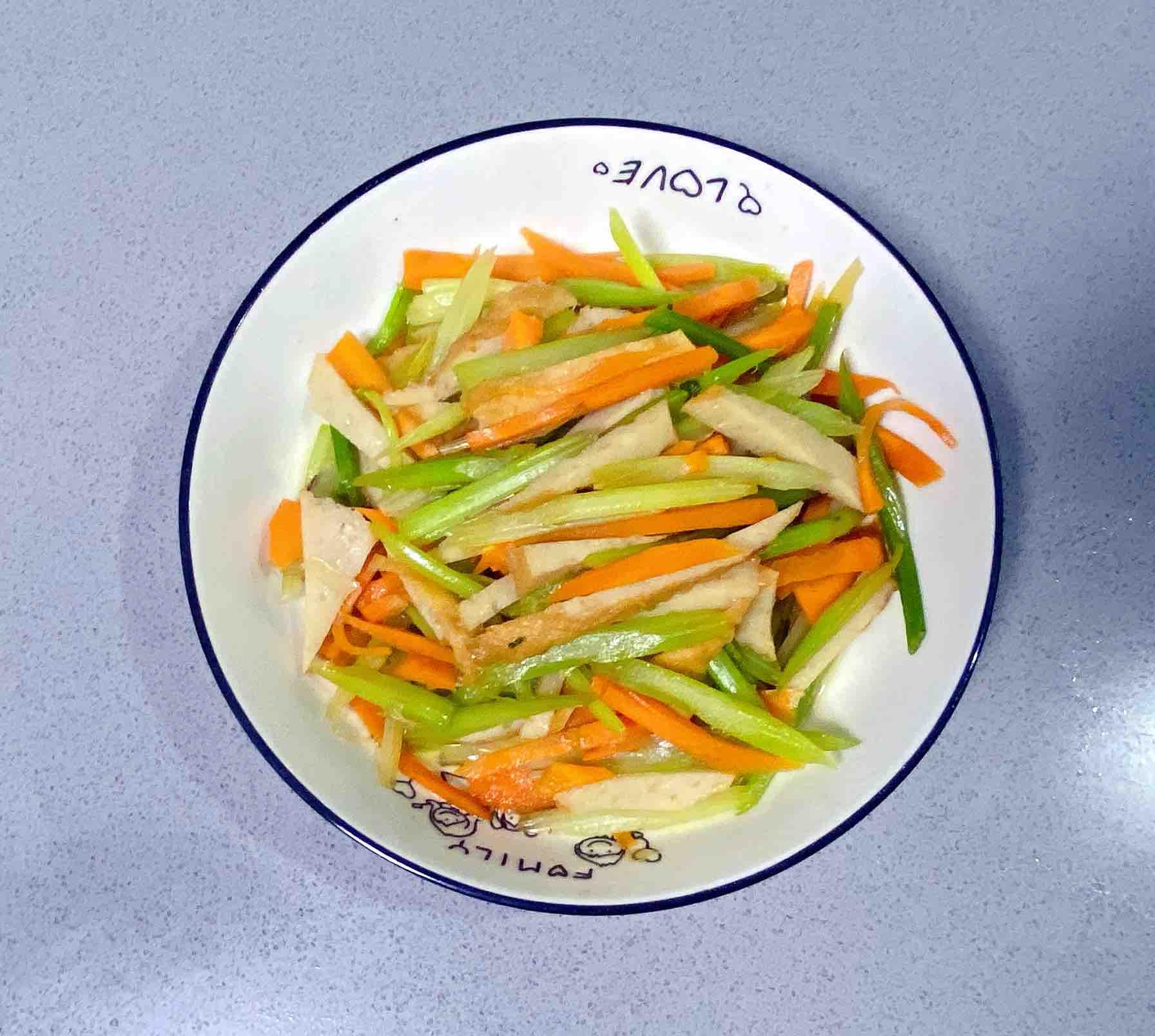 【孕妇食谱】鱼饼炒西芹,清淡脆爽、营养丰富~的步骤