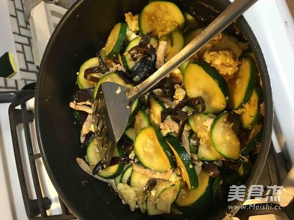 西葫芦炒木耳鸡蛋肉丝怎么煮