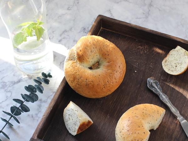 不用出膜却敲好吃的奇亚籽贝果面包成品图