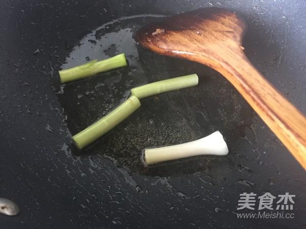皮蛋烩炒五花肉的家常做法
