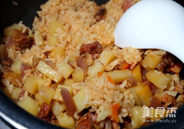 香肠土豆焖饭怎么煸