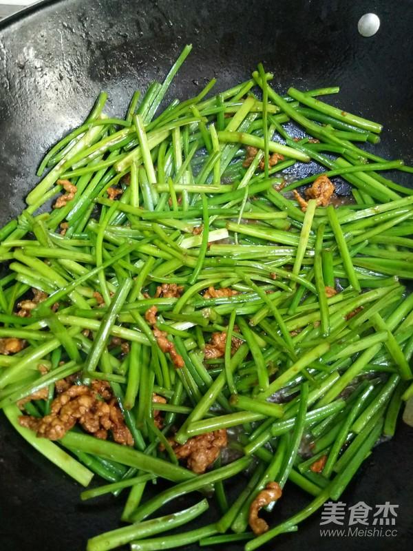 韭菜花炒肉的家常做法
