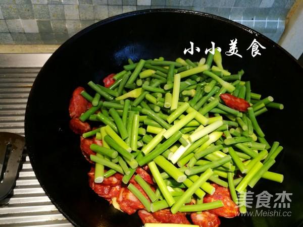 腊肠炒蒜苔:色彩诱人的川菜,浓郁的麻香辣味怎么吃