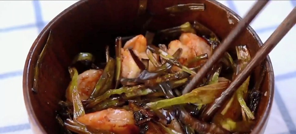 葱油虾拌面的步骤