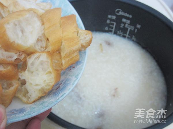 腊肠油条香米粥怎么做