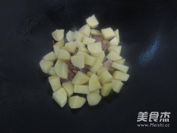 土豆烧排骨怎么煮