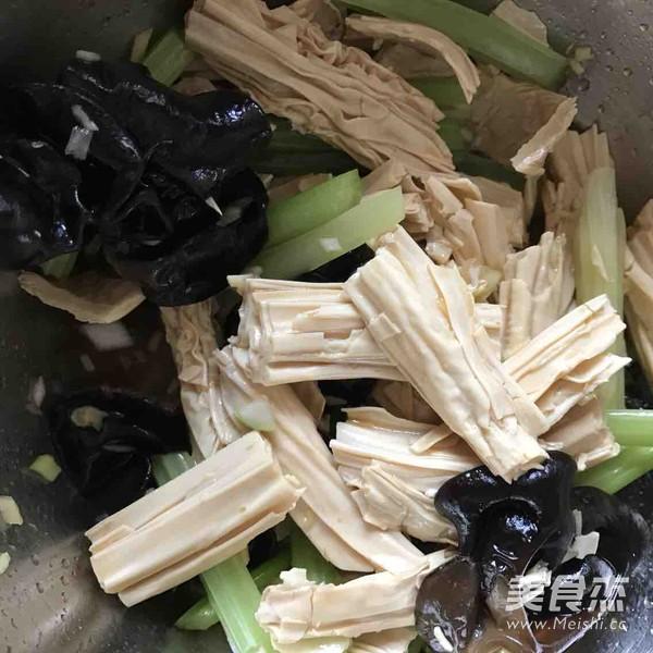芹菜拌腐竹怎么吃
