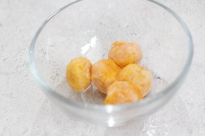 咸蛋黄肉粽子的简单做法