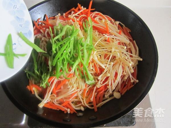 青椒胡萝卜炒金针菇的简单做法