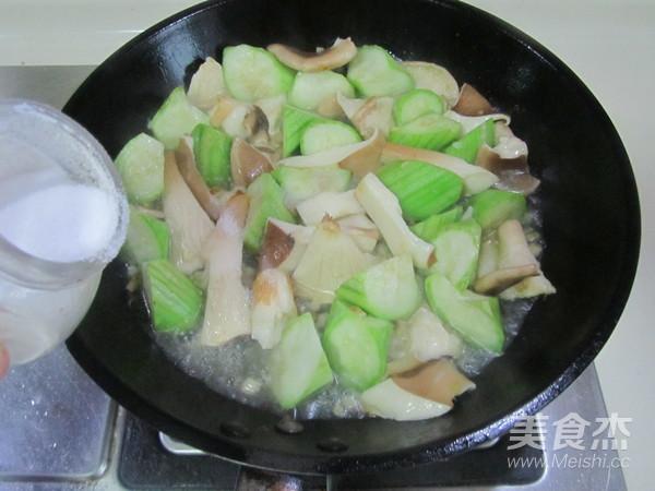 丝瓜炒猪肚菇怎么做