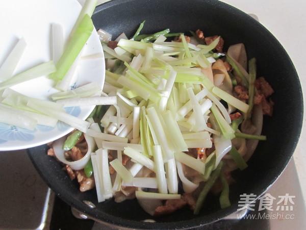 韭黄肉丝炒米粉怎么做
