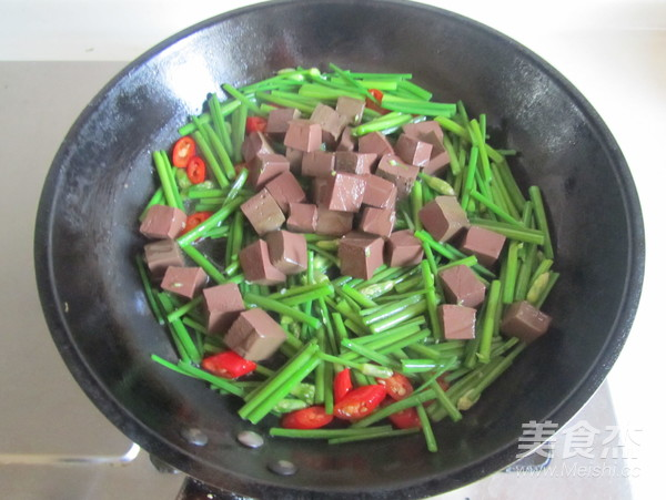韭菜薹炒鸭血怎么吃
