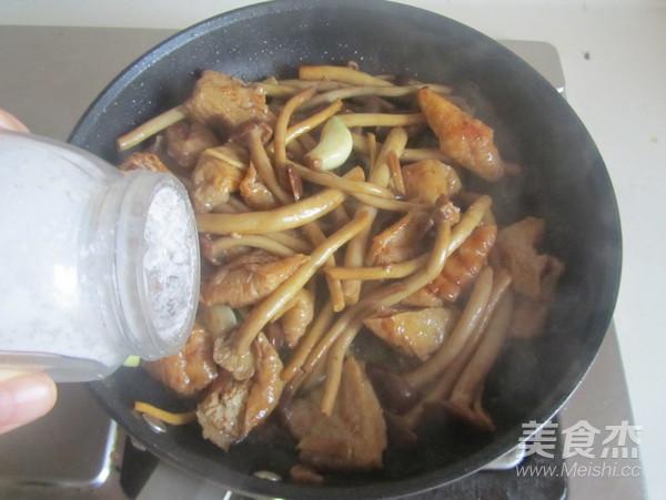 茶树菇豆腐泡五花肉怎么煸