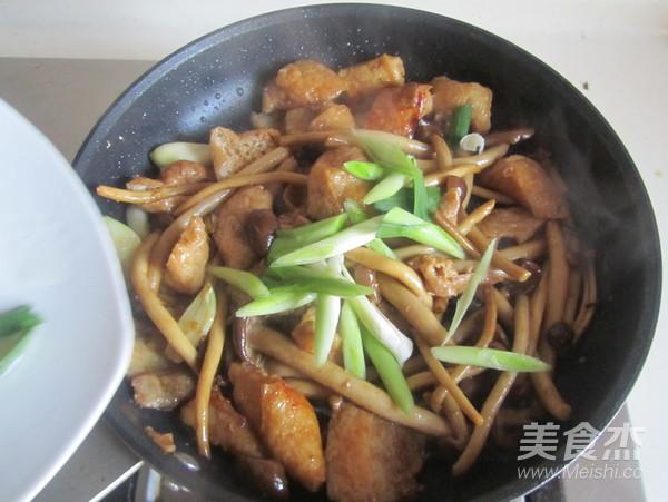 茶树菇豆腐泡五花肉怎样煸