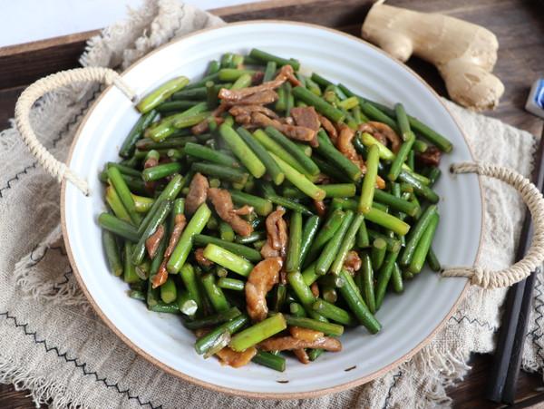 蒜苔炒肉成品图