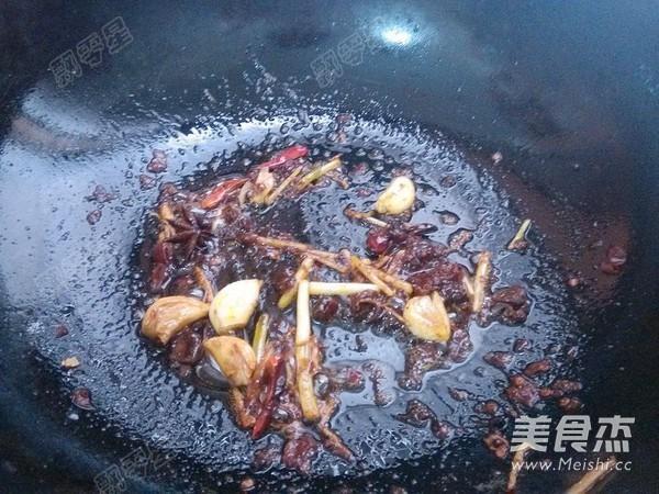 铁锅炖鱼贴饼子的制作
