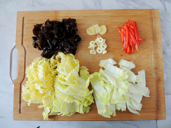白菜木耳炒肉片的简单做法