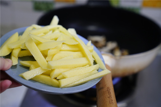 香菇土豆煮肉丸的家常做法