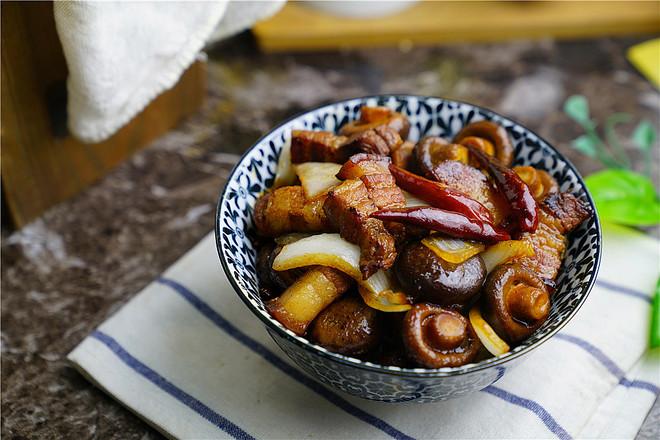 洋葱香菇五花肉怎么煸