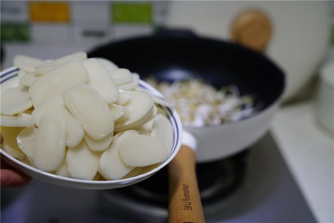 泡菜肉末炒年糕的步骤