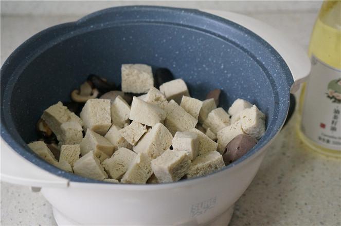 香菇冻豆腐焖牛肉丸怎么做