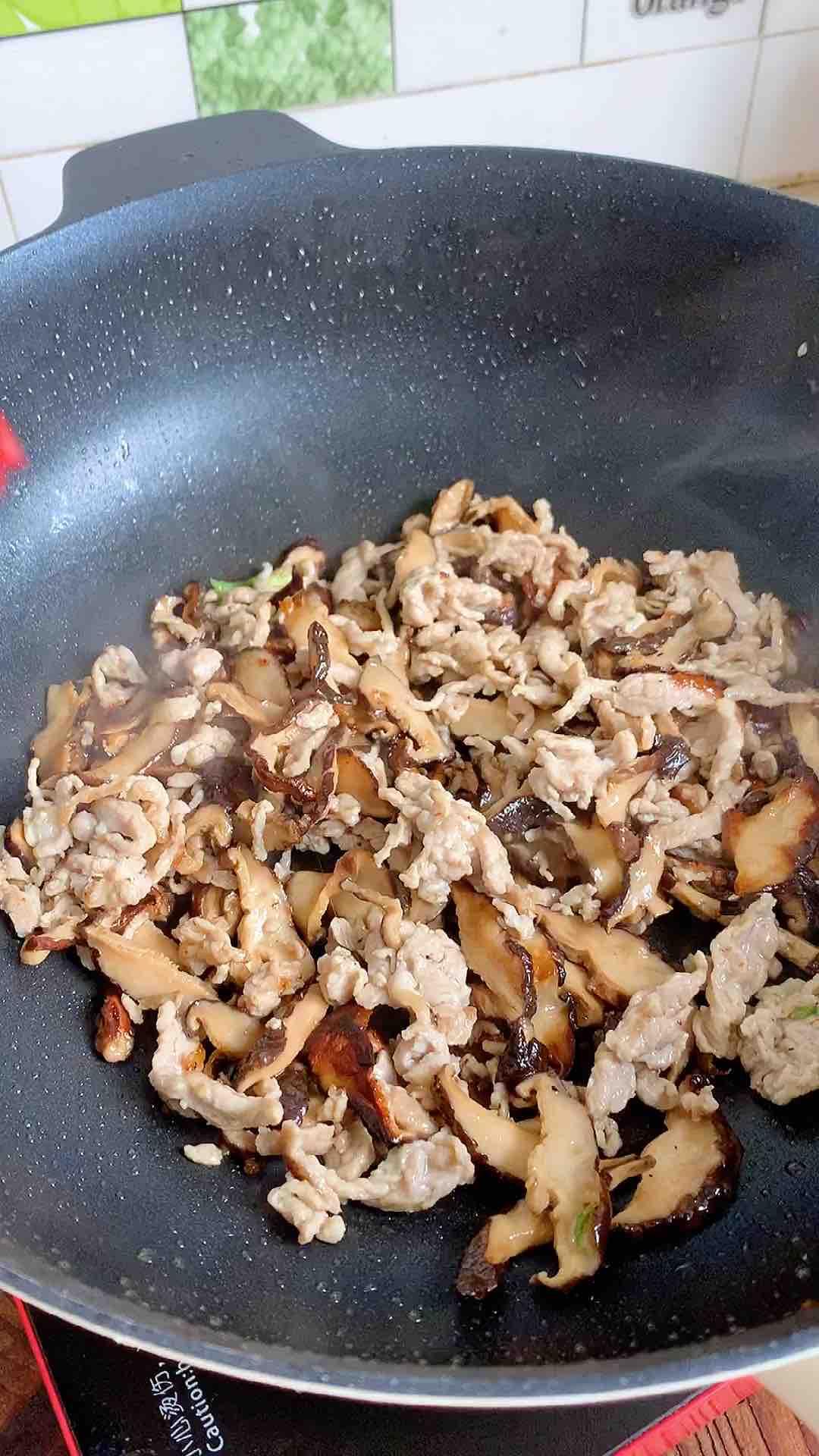 肉丝香菇薄饼怎么吃
