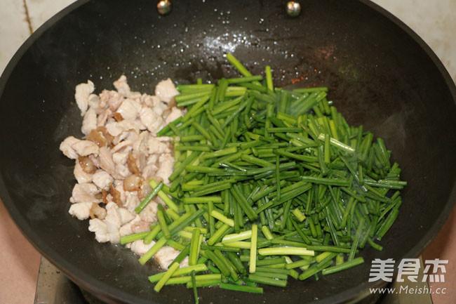 韭菜花炒肉的简单做法