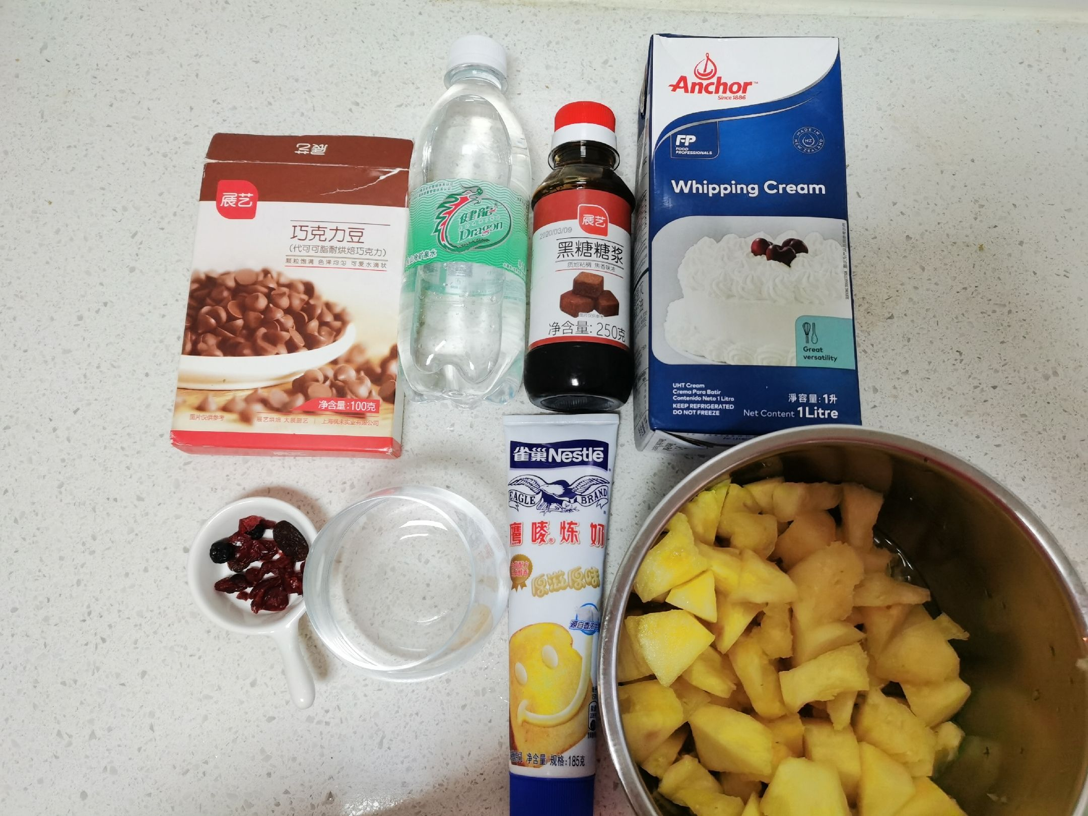 雪顶蔓越莓菠萝黑糖苏打水的做法大全