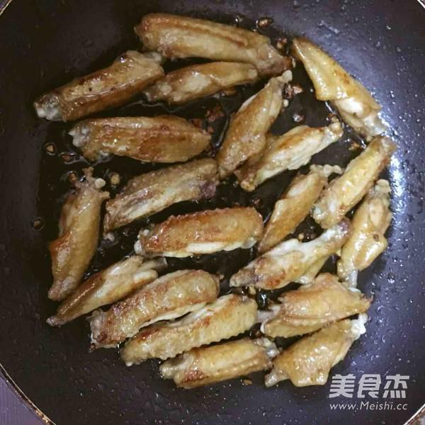 姜葱鸡腿菇烩鸡翅的家常做法