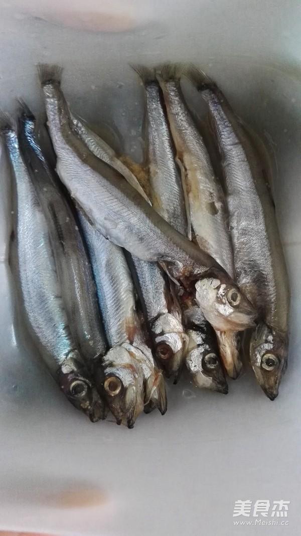 多春鱼去内脏步骤图_豉豆多春鱼的做法_豉豆多春鱼怎么做_美食杰