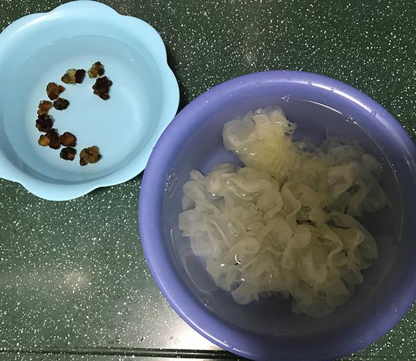桃胶藏红花雪梨银耳汤的做法图解
