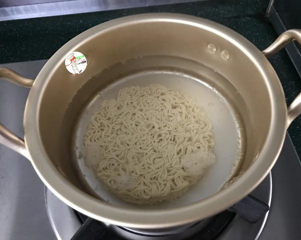 网红海鲜沙拉炒面的步骤