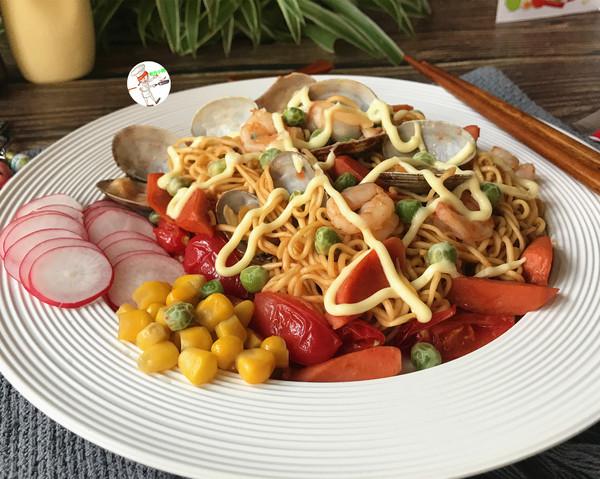网红海鲜沙拉炒面成品图