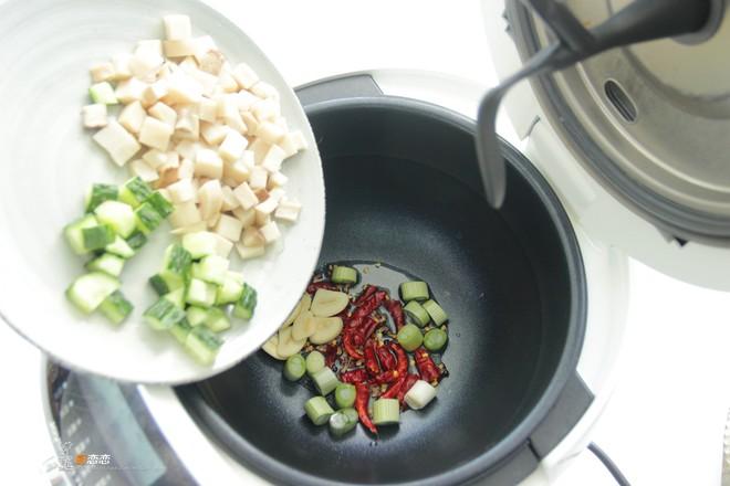 晚餐炒个杏鲍菇,老公对着这盘子素菜,吃了两碗米饭,直嚷好过瘾怎么煮
