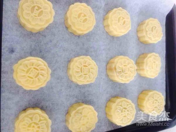 莲蓉蛋黄月饼的制作