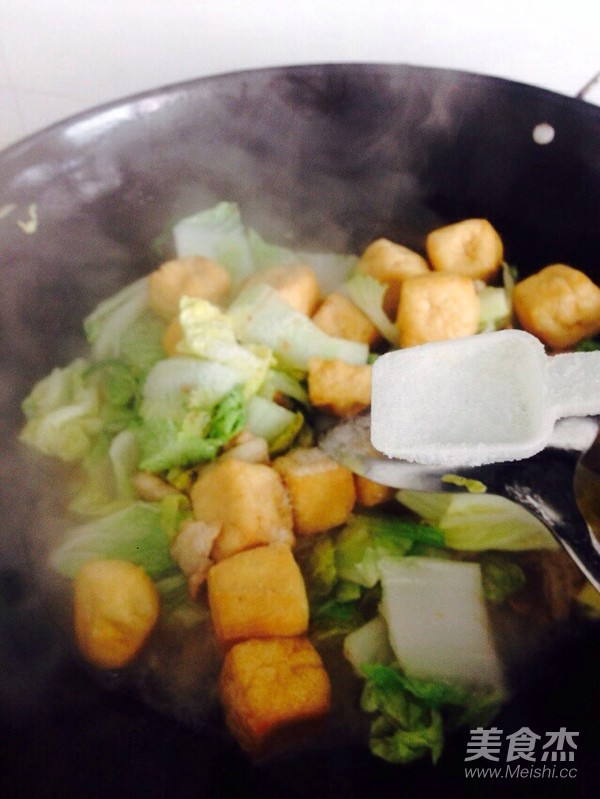 酸辣白菜猪肉炖油豆腐怎么炖