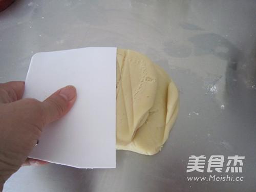 莲蓉蛋黄月饼怎么吃