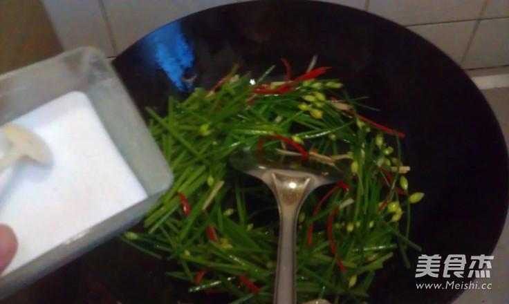 韭菜苔炒脆肠怎么做