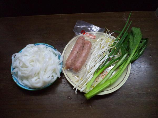 黑椒肠芽菜炒河粉的步骤