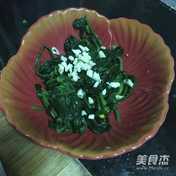 核桃仁拌菠菜怎么做
