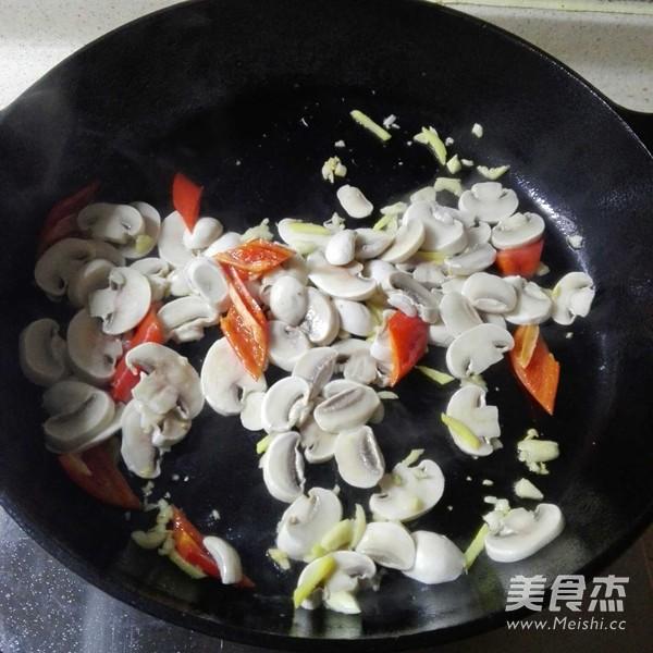 白蘑菇炒牛肉怎么炒